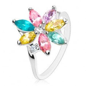 Lesklý prsten se zahnutými rameny, blýskavé barevné lupínky, čirý zirkonek AC11.09