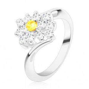 Blýskavý prsten ve stříbrném odstínu, kulatý žlutý zirkon v čirém obdélníku R48.28