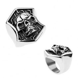 Ocelový prsten stříbrné barvy, vypouklá lebka s prasklinou v erbu, patina T23.2