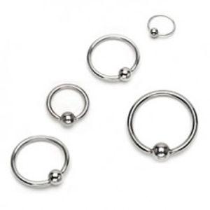 Piercing z chirurgické oceli - lesklý kroužek s kuličkou, stříbrná barva PC23.31/35