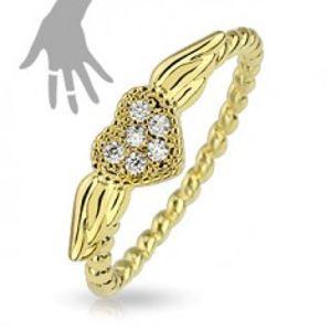 Prsten zlaté barvy, spirálovitý vzhled ramen, srdíčko s křídly SP65.27