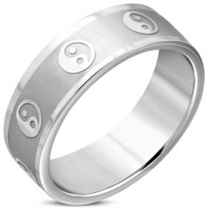 Širší prsten z chirurgické oceli - symbol jin a jang, matný pás, lesklé hrany, 8 mm K07.07