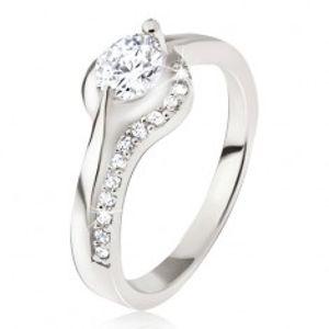 Stříbrný prsten, okrouhlý čirý kamínek, zaoblená ramena, zirkonky BB18.18