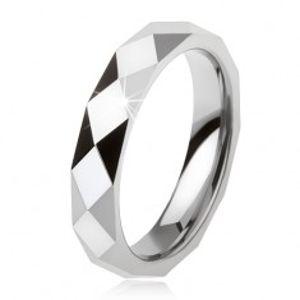 Wolframový prsten ocelově šedé barvy, geometricky broušený povrch AB34.12